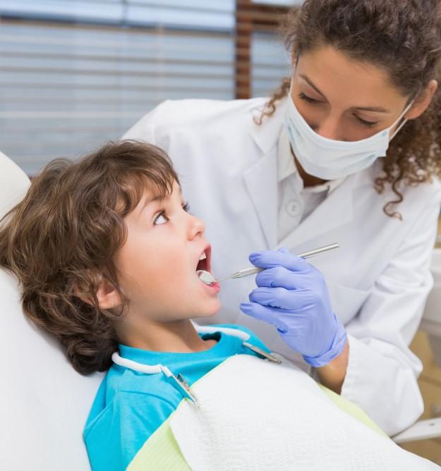 La importancia de un flemón dental en niños.